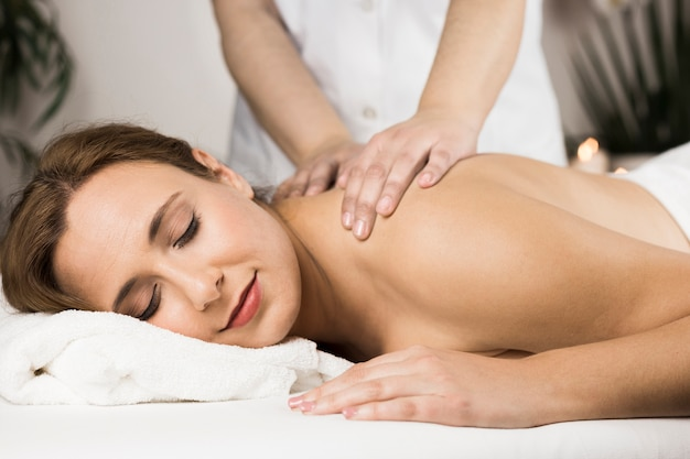 Femme recevant un massage dans un centre de spa Photo gratuit