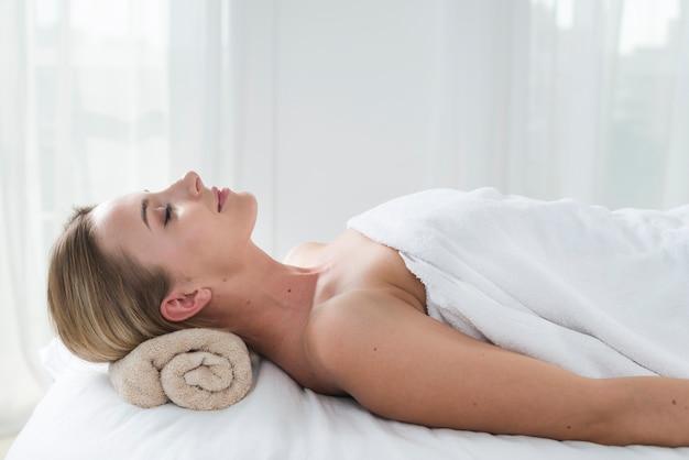 Femme recevant un massage dans un spa Photo gratuit