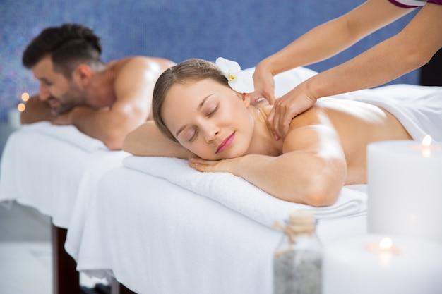 Femme recevant un massage sur le dos Photo gratuit