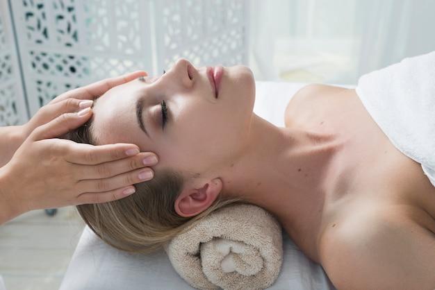 Femme recevant un massage du visage dans un spa Photo gratuit