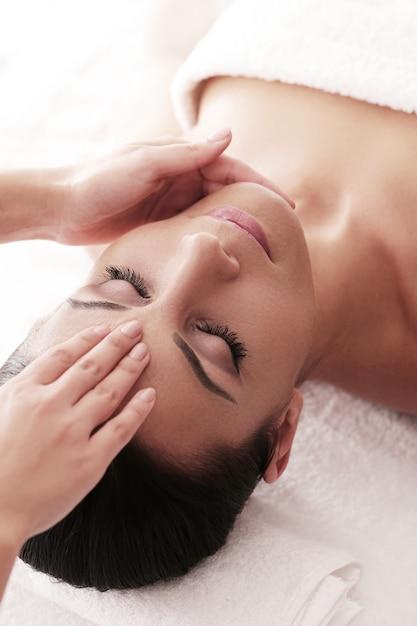 Femme Recevant Un Massage Relaxant Au Spa Photo gratuit