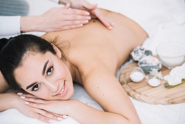Femme recevant un massage relaxant dans un spa Photo gratuit