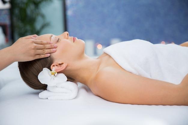 Femme Recevant Un Massage Sur Les Tempes Photo gratuit