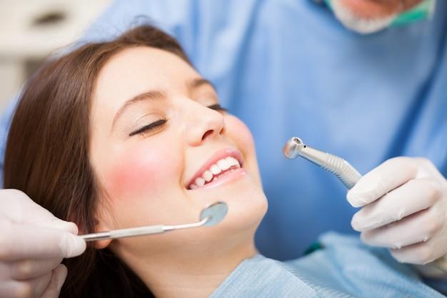 Femme recevant un traitement dentaire Photo Premium