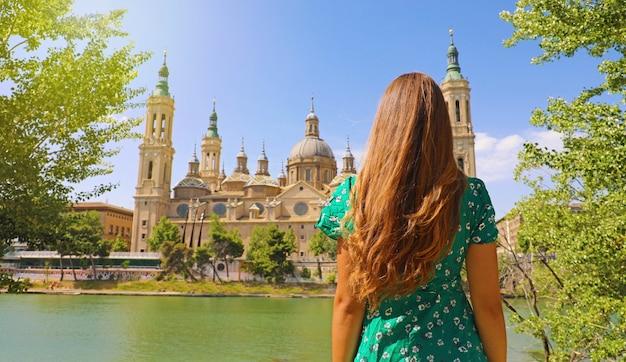 Femme à La Recherche De La Basilique Cathédrale De Notre-dame Du Pilier à Saragosse, Espagne Photo Premium