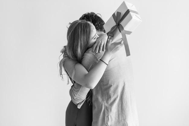 Une femme reçoit un coffret de son amoureux Photo gratuit