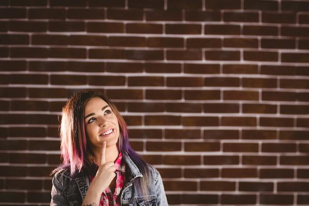 Femme réfléchie avec la main sur le menton Photo Premium