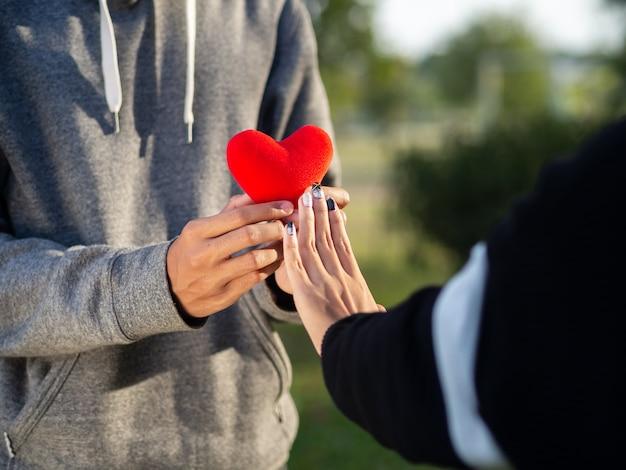 Femme refusant le coeur rouge forment l'homme. cœur brisé, amour, valentine's day concept. Photo Premium
