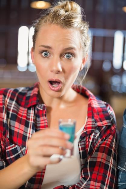 Femme regardant la caméra surprise Photo Premium