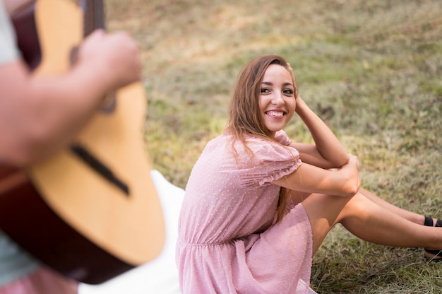 Femme Regardant Un Homme Jouant De La Guitare Photo gratuit
