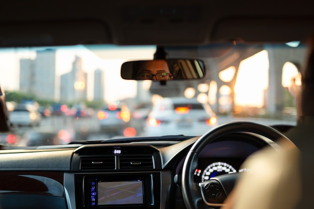 Femme regardant s'ennuyer dans sa voiture alors qu'elle était coincée dans un embouteillage. Photo Premium