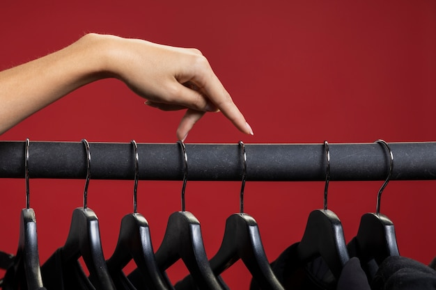 Femme regardant à travers des chemises noires Photo gratuit