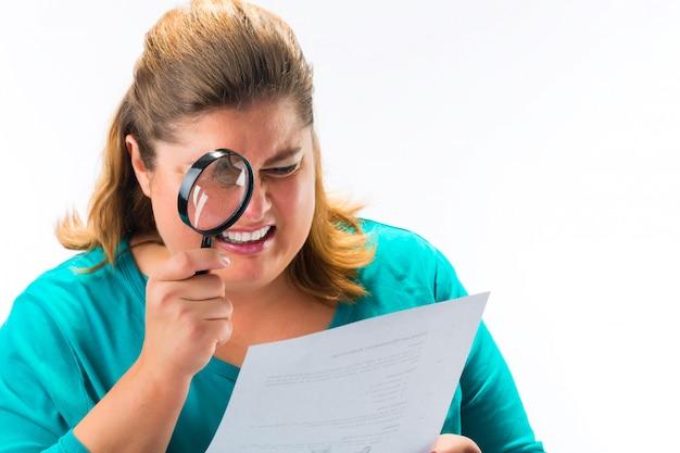 Femme regardant à travers une loupe ou une loupe Photo Premium