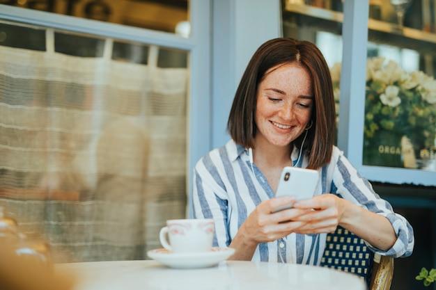 Femme regardant une vidéo en ligne Photo gratuit