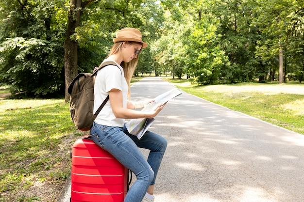 Femme, Regarder, Carte, Parc Photo gratuit