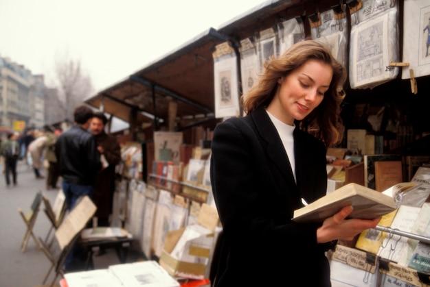 Femme, regarder, dans, librairie, paris, france Photo Premium