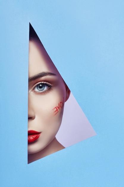 Femme, regarder, dans, triangle bleu, trou Photo Premium