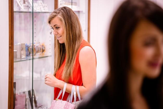 Femme, regarder, poignet, présentoirs Photo Premium