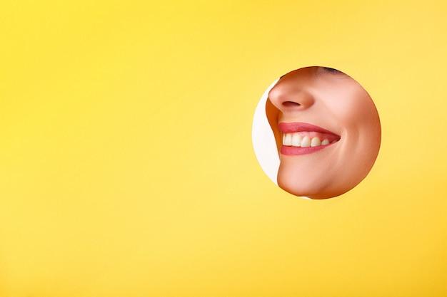 Femme, regarder, trou Photo Premium