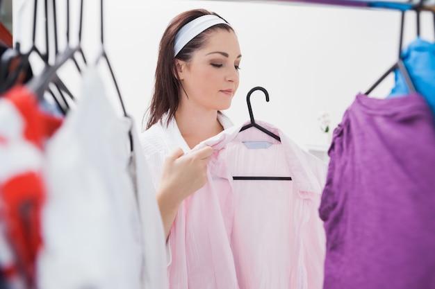 Femme, regarder, vêtements Photo Premium