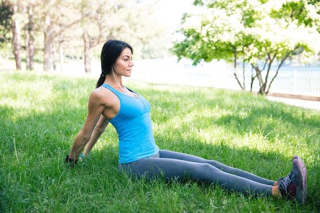 Femme De Remise En Forme Faisant Des Exercices D'étirement Dans Le Parc Photo Premium