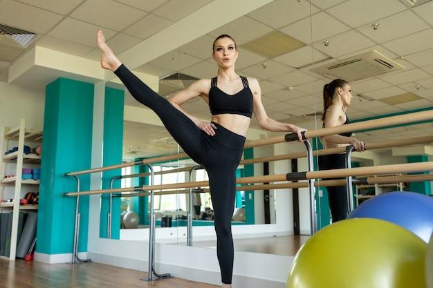 Femme De Remise En Forme Faisant Des Exercices De Fentes Pour L'entraînement Musculaire Des Jambes. Fille Active Faisant Un Exercice De Fente Avant Une Jambe Avant Pour Les Fesses. Photo Premium