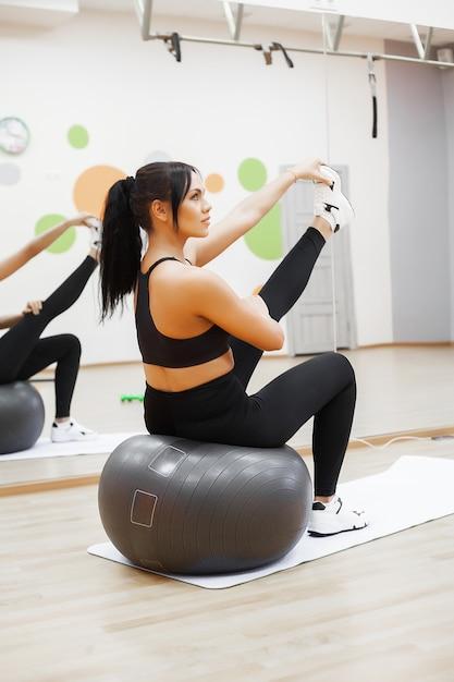 Femme de remise en forme. jeune jolie femme faisant des exercices avec ballon Photo Premium