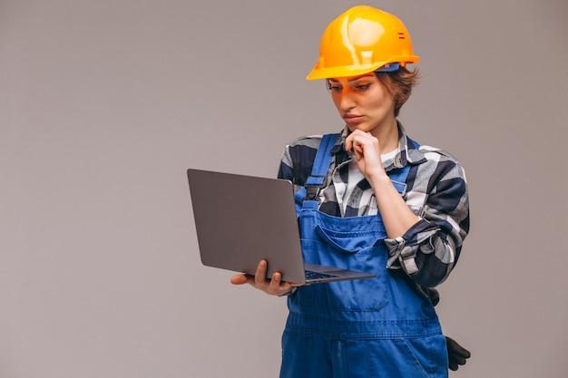 Femme réparatrice isolée avec ordinateur portable Photo gratuit