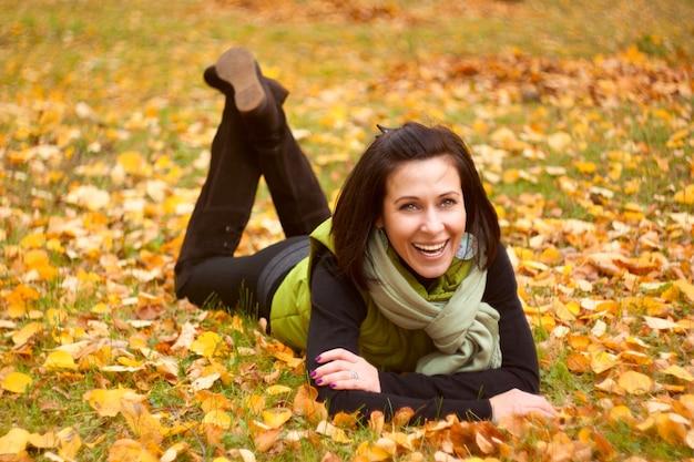 Femme reste dans le parc en automne Photo Premium