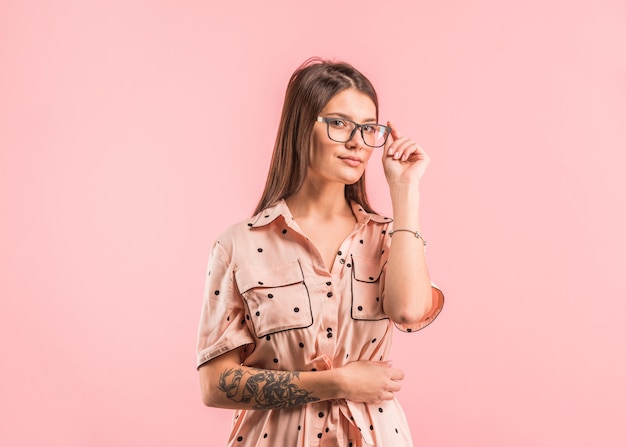 Femme en robe ajustant des lunettes Photo gratuit