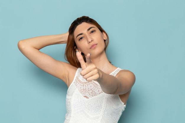 Femme En Robe Blanche Posant Et Soulignant La Couleur De La Mode Dame Photo gratuit
