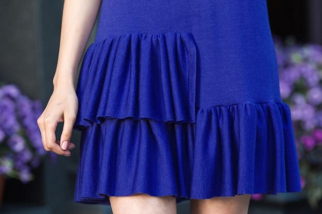 Femme En Robe Bleue Tricotée. Photo Premium