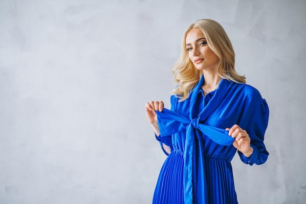 Femme en robe bleue Photo gratuit