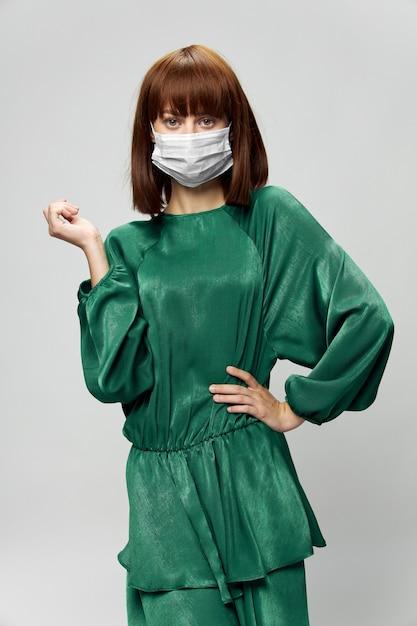 Femme En Robe De Mode Posant Dans Un Masque Médical Virus Covid-19 Photo Premium