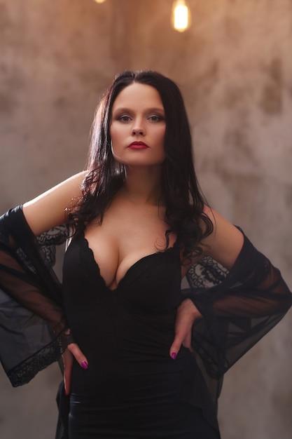 Femme En Robe Noire Photo gratuit