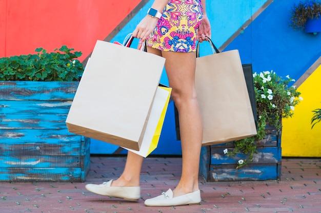 Femme en robe avec des paquets de courses Photo gratuit