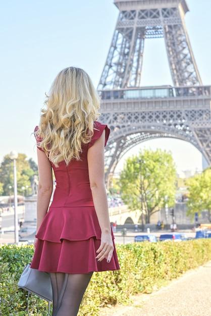Femme en robe rouge à la tour eiffel en france Photo Premium
