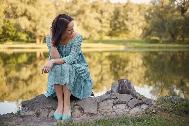 Femme romantique heureuse Photo gratuit