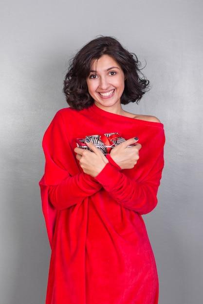 Femme en rouge avec coffret cadeau Photo gratuit