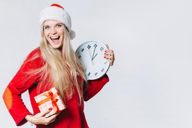 Femme en rouge avec horloge et coffret cadeau Photo gratuit