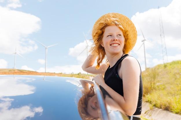 Femme rousse appréciant le vent dans la nature Photo gratuit