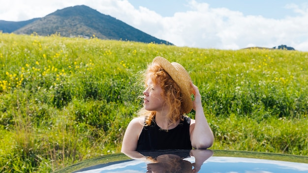 Femme rousse dans nature Photo gratuit