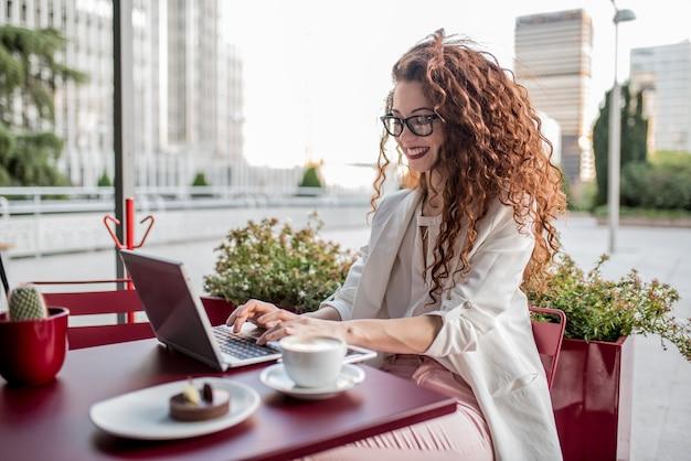 Femme Rousse Jeune Entreprise Sur L'ordinateur Photo Premium