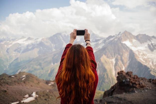 Femme Rousse Photographier Les Montagnes Photo Premium