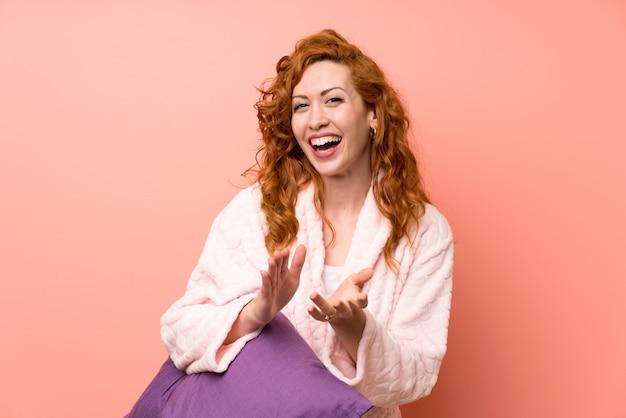 Femme rousse en robe de chambre applaudissant Photo Premium