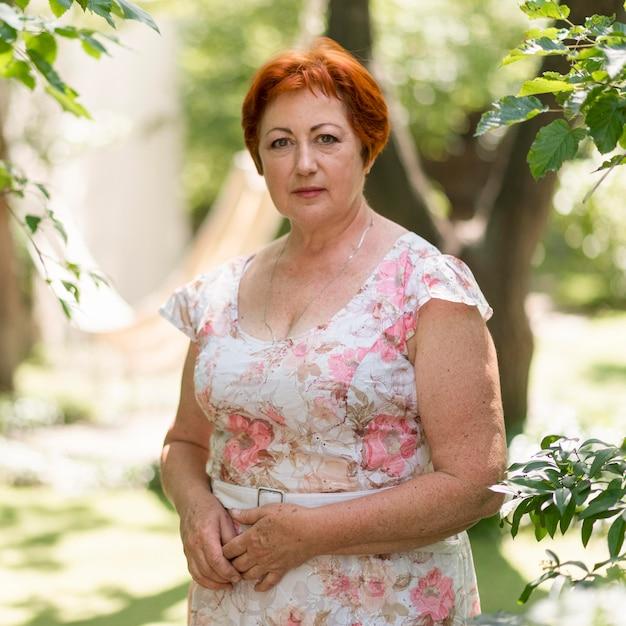 Femme Rousse En Robe à Fleurs Photo gratuit