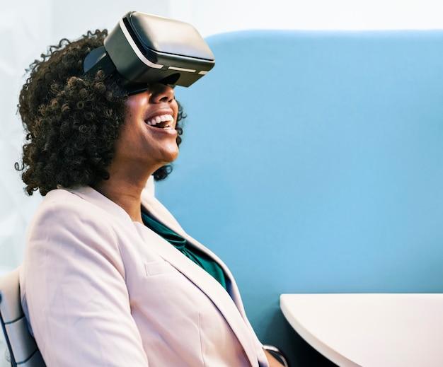 Femme s'amusant avec un casque de réalité virtuelle Photo gratuit