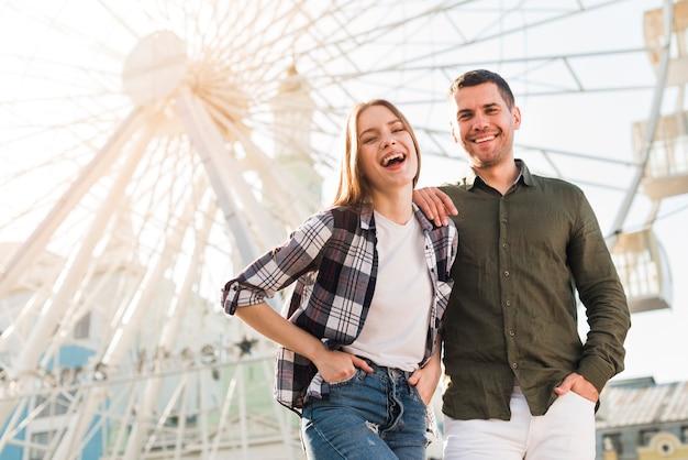 Femme s'amuser avec son petit ami au parc d'attractions Photo gratuit