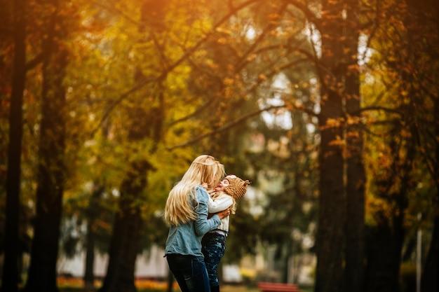 Femme Avec Sa Petite Fille Dans Les Bras Photo gratuit