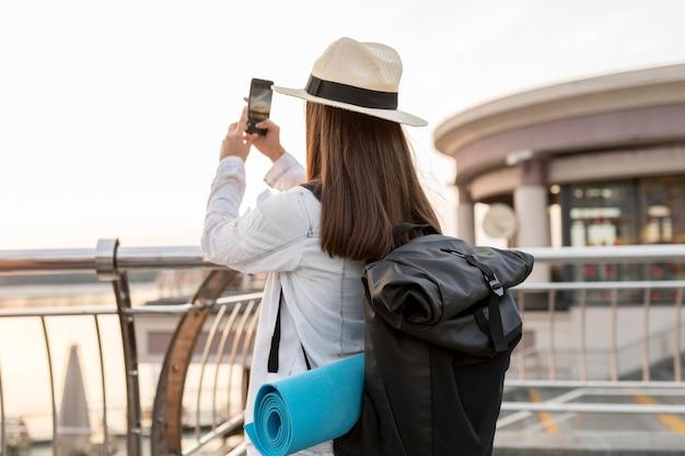 Femme Avec Sac à Dos à Prendre Des Photos En Voyageant Photo gratuit